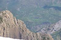 Le Pic des Sarradets, au loin, le refuge des Espuguettes