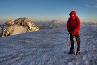 Camille au sommet de la Tour du Marbore, derriere, le Casque du Marbore, le Taillon et le Vignemale