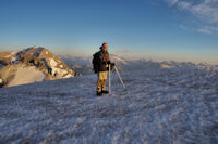 Fred au sommet de la Tour du Marbore, derriere, le Casque du Marbore, le Taillon et le Vignemale