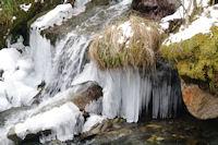 Stalagtites de glace dans le ruisseau d'Ourey