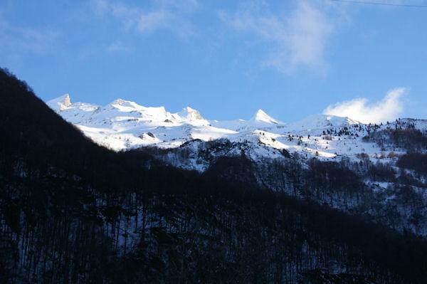 Les crêtes enneigées au Sud Ouest du Pic du Midi d_Arrens, le plus pointu étant le Pic Sarret