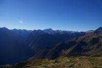 Au centre, le massif du Vignemale, en bas, Cauterets depuis le Pic du Cabaliros