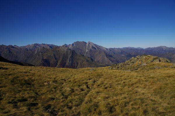Le Pic du Midi d&#39Arrens devant les Pics de Gabizos en descendant du Pic du Cabaliros