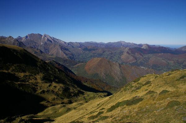 Au centre, les Pics de Pan et Arrouy séparant la vallée d&#39Estaing et le Val d&#39Azun