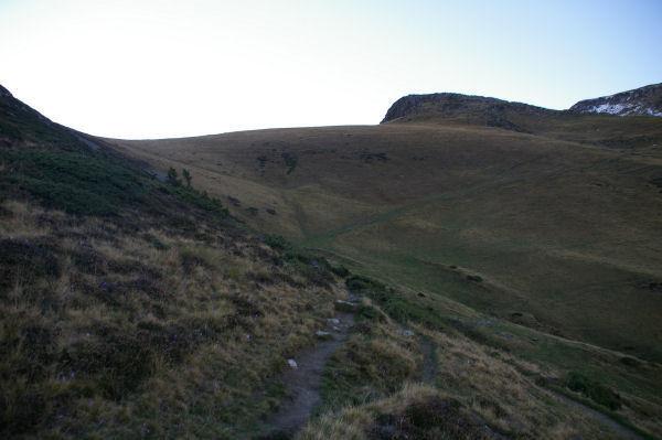 Le chemin bien tracé montant au Pic du Cabaliros depuis les flancs du Pic Arraillé