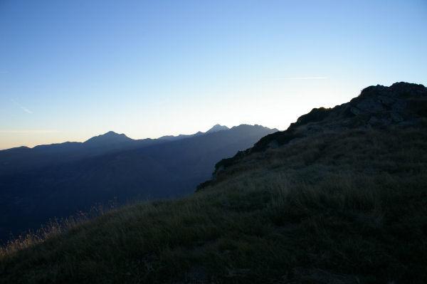 Les silhouettes du Pic du Midi de Bigorre au centre et du Pic de Montaigu à gauche depuis le Pic Arraillé