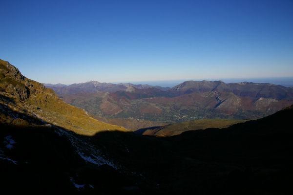 Le Val d&#39Azun éclairé des premiers rayons du soleil depuis le Clot de la Touette