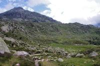 Au Pe det Malh, plus loin le chemin montant au Lac Nere