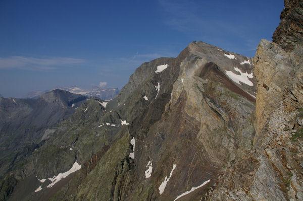 Vue sur le Campbieil depuis la crête sous le pic d'Estaragne, au fond le Mont Perdu encore enneigé