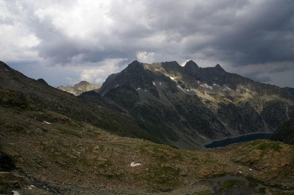 Le lac de Cap de Long dominé par le Turon de Néouvielle & le pic des 3 Conseillés & le pic de Néouvielle et le Ramougn