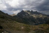 Le lac de Cap de Long domine par le Turon de Neouvielle & le pic des 3 Conseilles & le pic de Neouvielle et le Ramougn