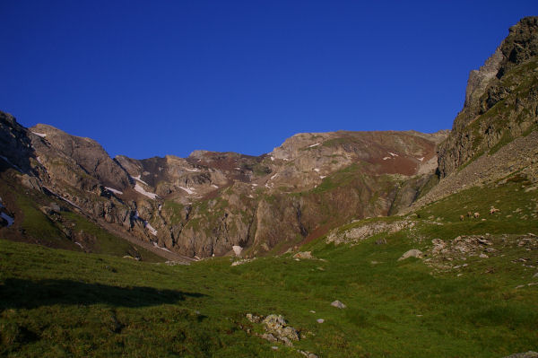 Les crêtes de Cintes Blanques fermant la vallée d'Estaragne