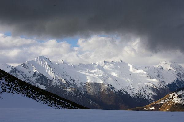 Le Val d_Azun domminé par le Pic du Midi d_Arrens et la crête jusqu_au Pic de l_Arcoèche