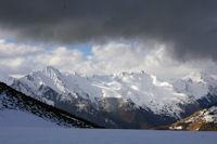 Le Val d'Azun dommine par le Pic du Midi d'Arrens et la crete jusqu'au Pic de l'Arcoeche