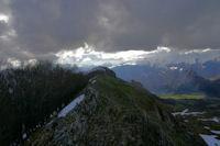 La crete du Pic Cantau, dans l'axe, le Pic de Berbeillet et dans le soleil, la crete entre le Pic de Pan et le Pic Arrouy