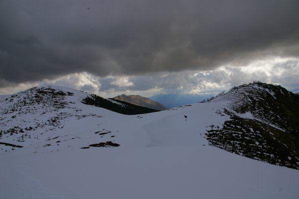 A gauche, le Soum de Berducou, au centre dans le soleil, le Soum de la Péne et à droite, le Pic de Berbeillet