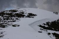 Les grandes congeres barrant le Col de Berbeillet sous le Soum de Berducou