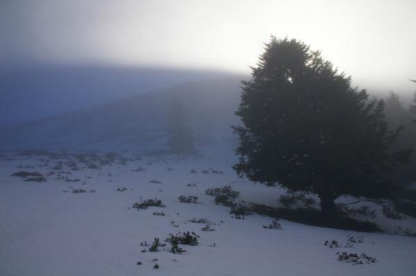 Le soleil joue avec la brume sous le Cap Nestès