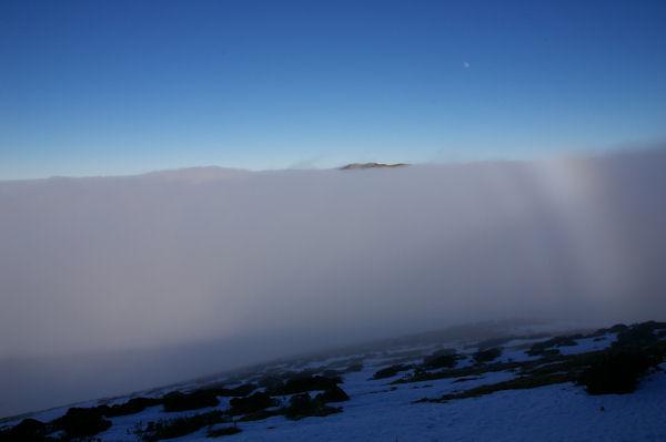 En émergeant de la mer de nuage sous la crête Est du Cap Nestès