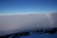 En emergeant de la mer de nuage sous la crete Est du Cap Nestes