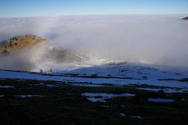 Depuis la crête Est du Cap Nestès, la station est encore dans la mer de nuages
