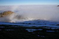 Depuis la crete Est du Cap Nestes, la station est encore dans la mer de nuages