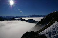 En prenant pied sur la crete Est du Cap Nestes, la vallee d'Arreau est sous les nuages