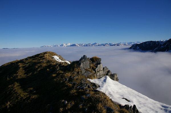 En prenant pied sur la crête Est du Cap Nestès, la vallée de Luchon est sous les nuages