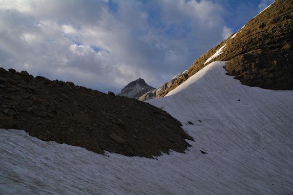 Le Col de Sarradets et au centre, le Casque du Marboré