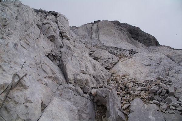Petite escalade dans la montée finale au Casque du Marboré