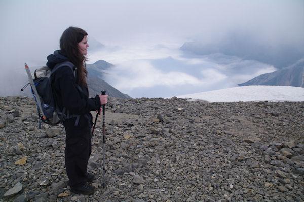 Camille au sommet du Casque du Marboré, mer de nuage sur la vallée de Gavarnie