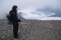 Camille au sommet du Casque du Marbore, mer de nuage sur la vallee de Gavarnie