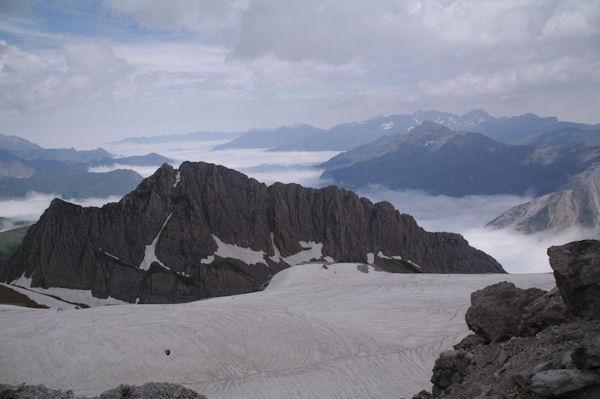 Le Pic des Sarradets et la vallée du Gave de Gavarnie sous les nuages