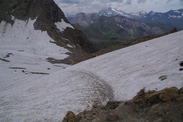 La descente du Col des Sarradets, au fond, on apperçoit le Vignemale