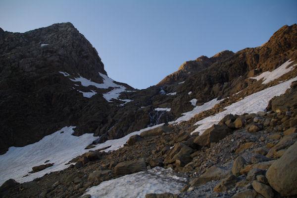 La cascade du glacier du Taillon dominée par le pic des Sarradets