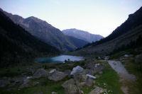Au dessus du lac de Suyen, le Gabizos se dessine au fond