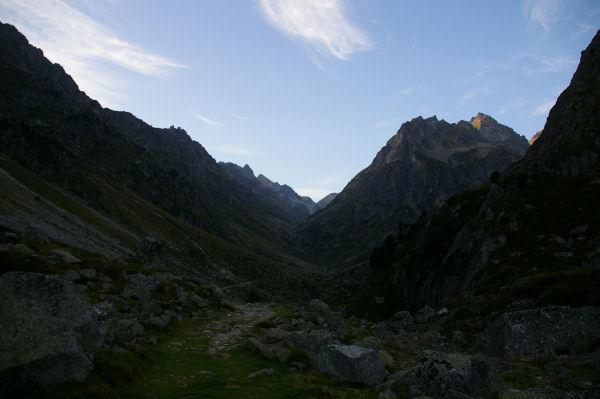 La vallée supérieure du gave d&#39Arrens, au fond, le port de la Peyre St Martin et le Pic Soulano qui s&#39éclaire