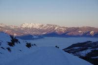 Argeles Gazost sous la mer de nuages, les sommets dominants la vallee du Bergons au fond