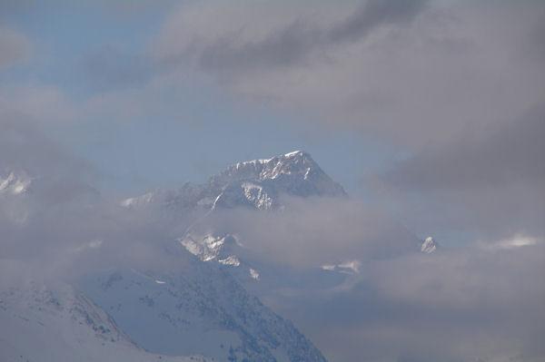 Le fier Balaïtous emmerge des nuages depuis le Soc
