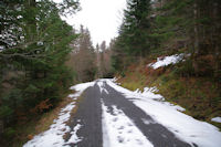 La route cheminant au dessus du ruisseau du Bergons