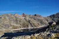 Le Lac de Migouelou surplombe par le Pic de Palada, le Milhas et le Pic des Tourettes
