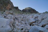 Blocs de granit rose menant au couloir entre le Pic Cadier et le Courouaou