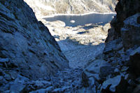 Le couloir entre le Pic Cadier et le Courouaou, au fond, le Lac de Migouelou