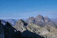 Pic de Batboucou et Pic de la Lie au premier plan, derriere, le Lurien et le Pic du Midi d'Ossau