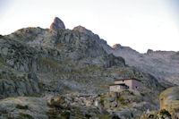Le refuge de Migouelou, au dessus, le Pic Cadier, le Courouaou et plus loin le Pic de Batboucou