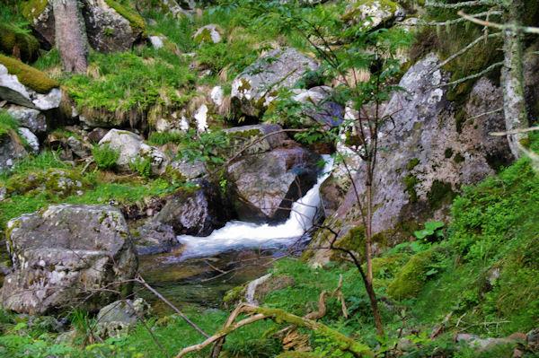 Petite cascade sur le Gave d_Arrens