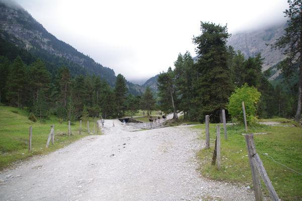 Le large chemin menant au Cirque de Gavarnie