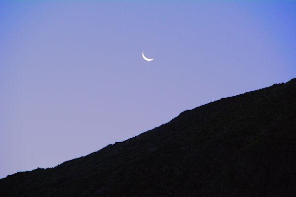 Lever de lune au petit matin dans le vallon d_Estaragne
