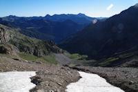 En s'elevant sous la crete Nord du Pic d'Estaragne, on appercoit le lac d'Oredon
