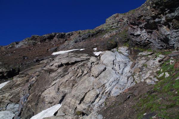 La barre rocheuse sous la crête Nord du Pic d_Estaragne, on apperçoit le lac d_Oredon